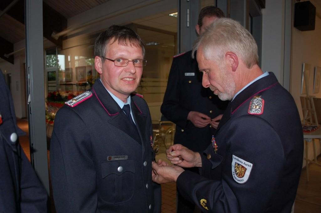 Übergabe des Ehrenkreuzes an Focko Renken durch Kreisbrandmeister Ernst Hemmen