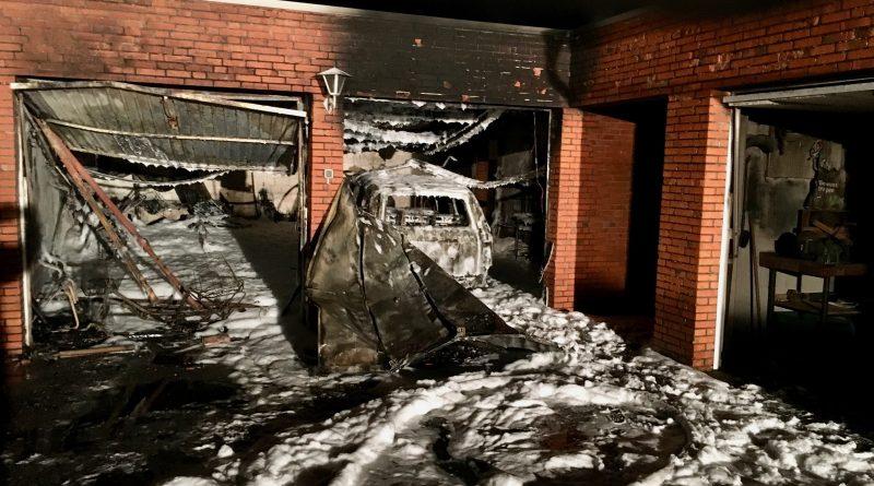 Ostgroßefehn: PKW und Doppelarage brannten aus