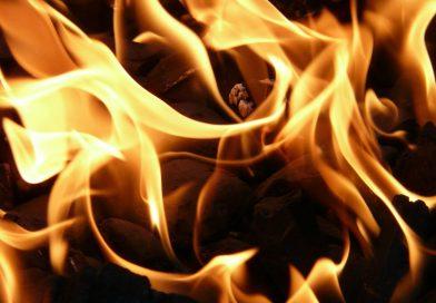 Ostgroßefehn: Rauchentwicklung im Motorraum ruft Feuerwehr auf den Plan