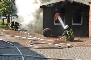 Schuppenbrand und Hitze fordern Einsatzkräfte in Großefehn