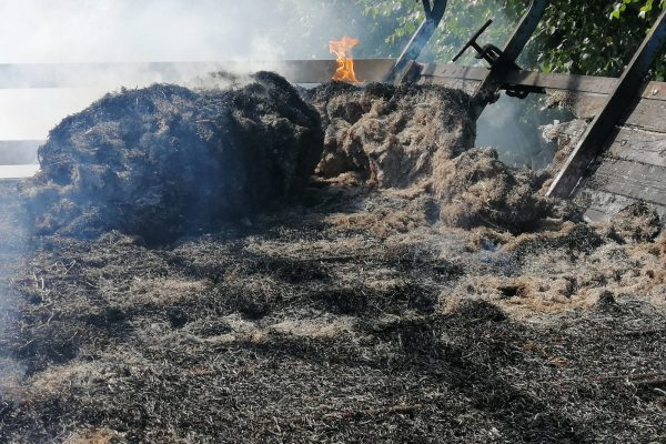 Akelsbarg: Feuerwehr löscht brennenden Heuanhänger